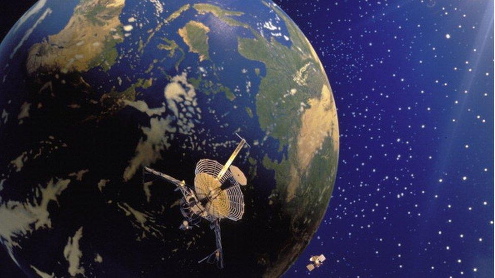 """Los """"ataques ciberfísicos"""" que pueden convertir las antenas satelitales en armas de microondas"""