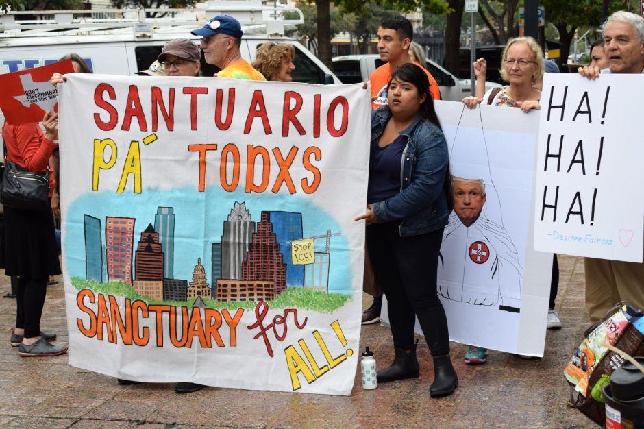 Mexicana abandona santuario tras cancelarse su deportación