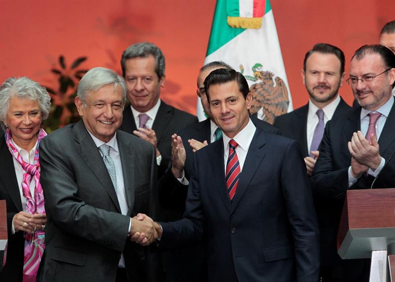 López Obrador se reúne con Peña, le advierte que echará abajo la reforma educativa
