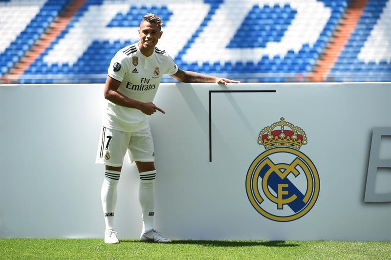 El dominicano Mariano Díaz es ovacionado por la afición del Real Madrid