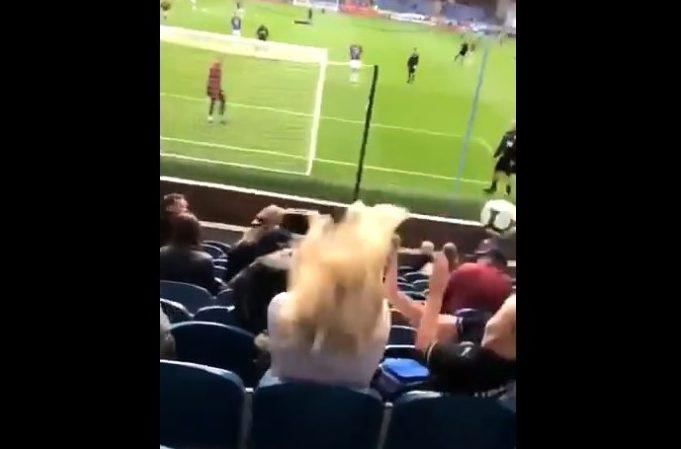 Aficionada se distrae en las tribunas y recibe terrible balonazo