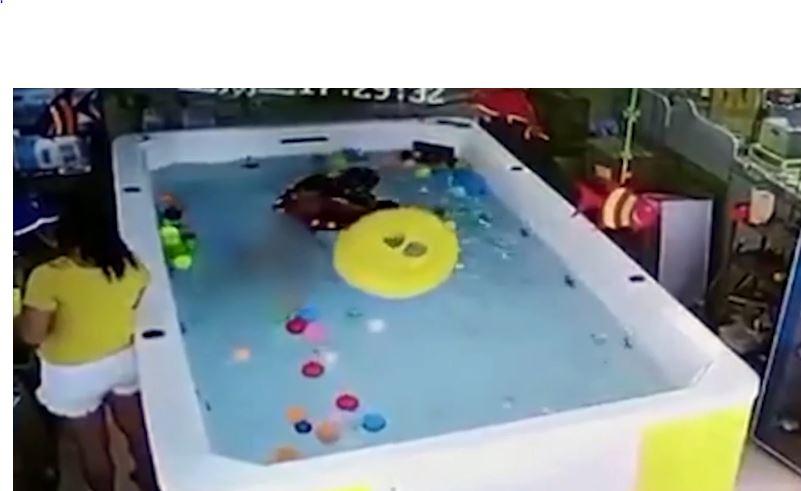 Video: Bebé se ahoga mientras su madre revisaba el celular