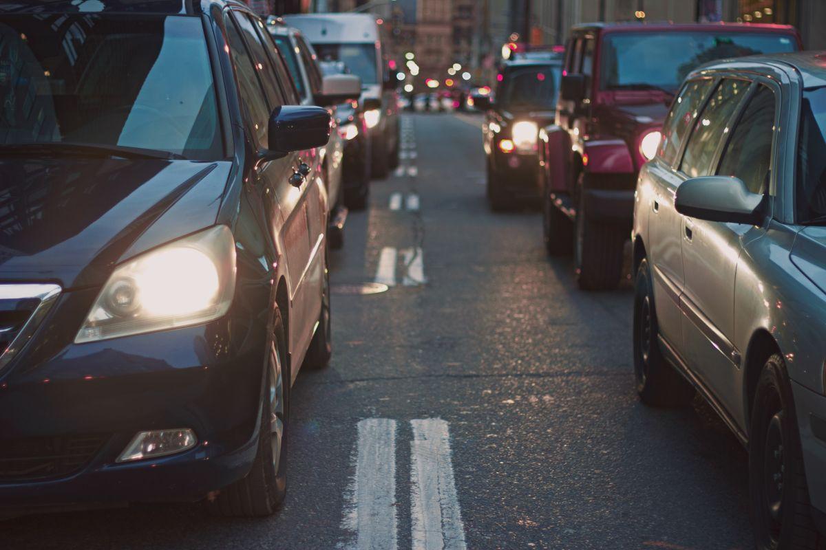 El tráfico y las calles dañadas cuestan $3,000 al año a cada conductor de Los Ángeles, según informe
