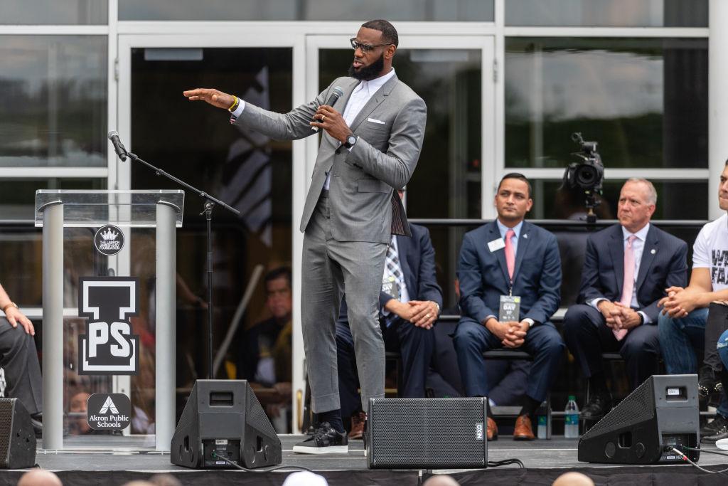 LaBron James dirigió una charla a su hijo y a sus compañeros de equipo