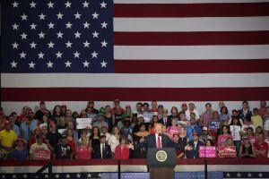 Demócratas aumentan recaudación y Bannon advierte a republicanos por elección intermedia
