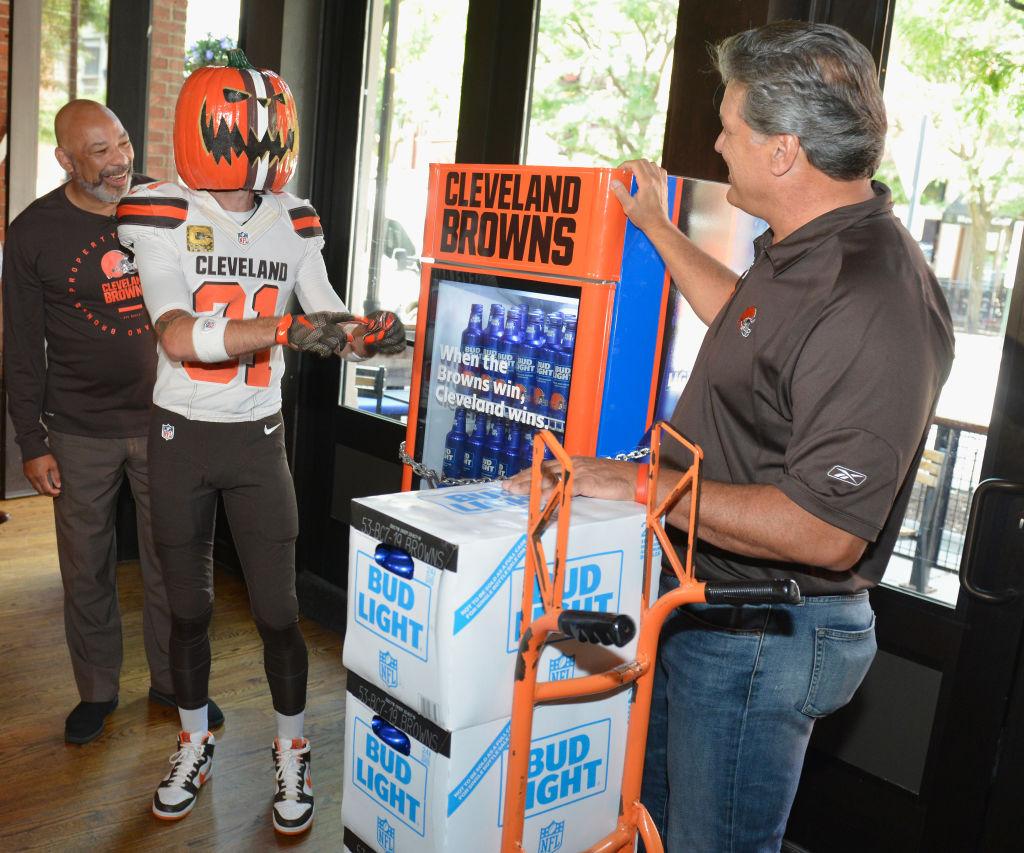 Cleveland Browns regalará cervezas en bares, pero con una condición