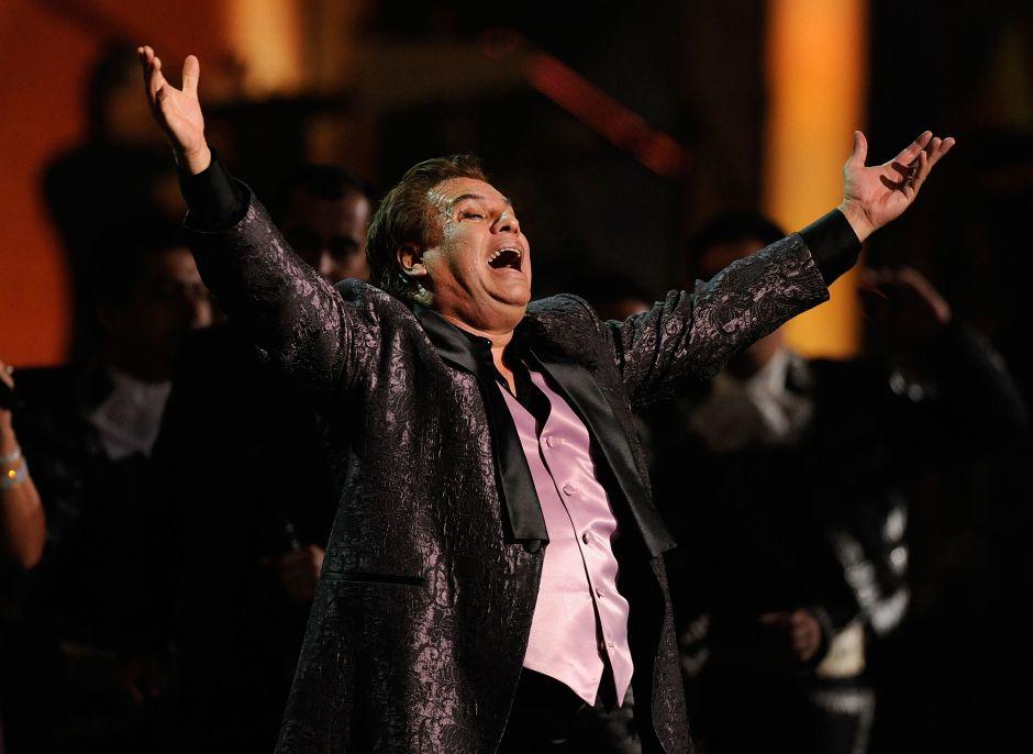 Juan Gabriel está vivo y dio pistas de que fingiría su muerte, asegura uno de sus ex músicos