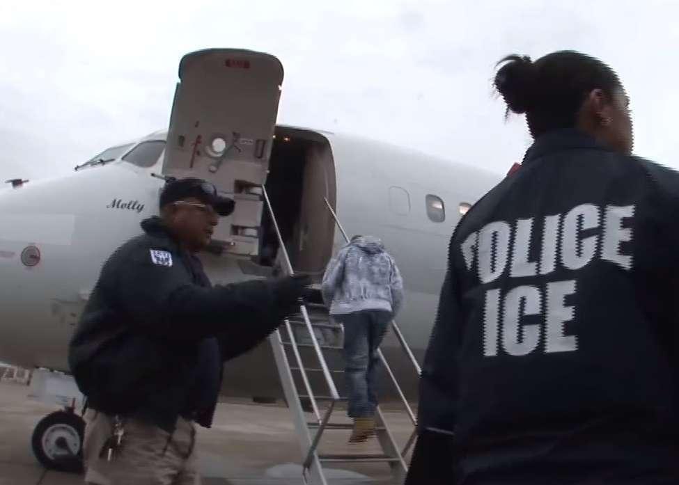 Los inmigrantes adoptados son enviados a sus países de origen.