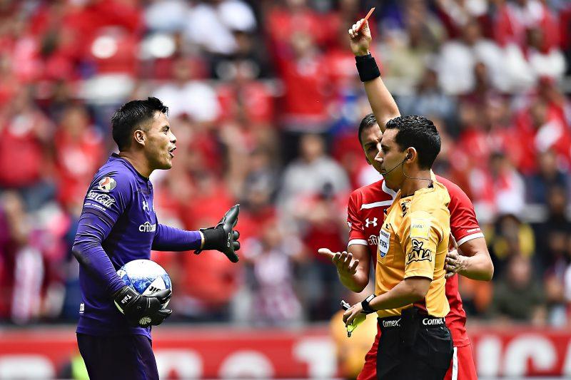 Enfrentamiento entre el árbitro Ramos y Talavera termina en una absurda expulsión