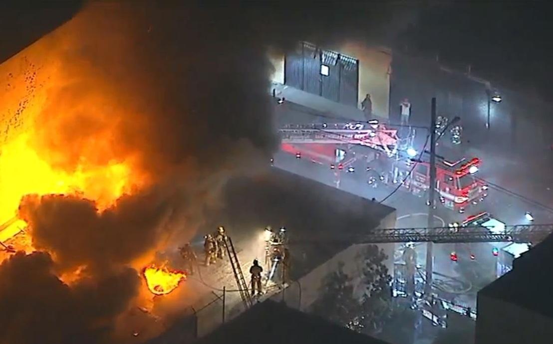 Casi 100 bomberos luchan por apagar incendio en el centro de Los Ángeles