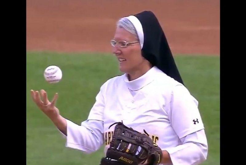 La hermana Mary Jo Sobieck lanzó la primera bola en Chicago.