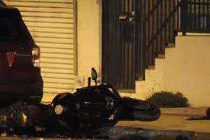 Dos motociclistas pierden el control y se estrellan contra un poste y un auto estacionado en Alhambra