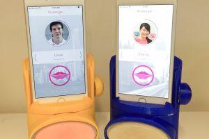 Inventan un aparato para besar a distancia con el celular