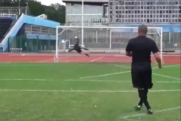 El brasileño Roberto Carlos sigue rompiendo el balón.