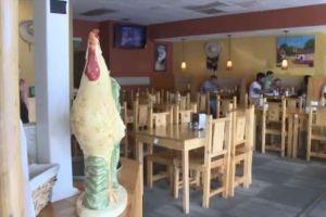 Hispana recibe mil dólares y carta de perdón por robo en restaurante hace dos décadas