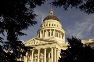 Dos latinos se disputan escaño en el Senado de California