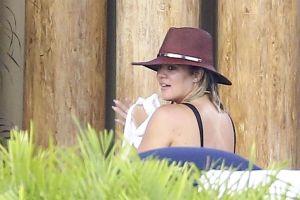 Usuarios critican trasero de Khloe Kardashian en traje de baño