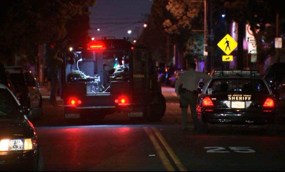 Paramédicos trasladan a la víctima al hospital.