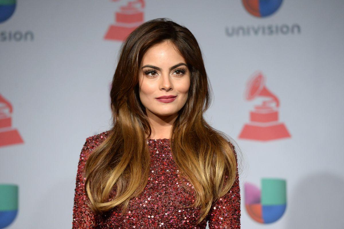 Ximena Navarrete expone su cuerpo con un vestido transparente