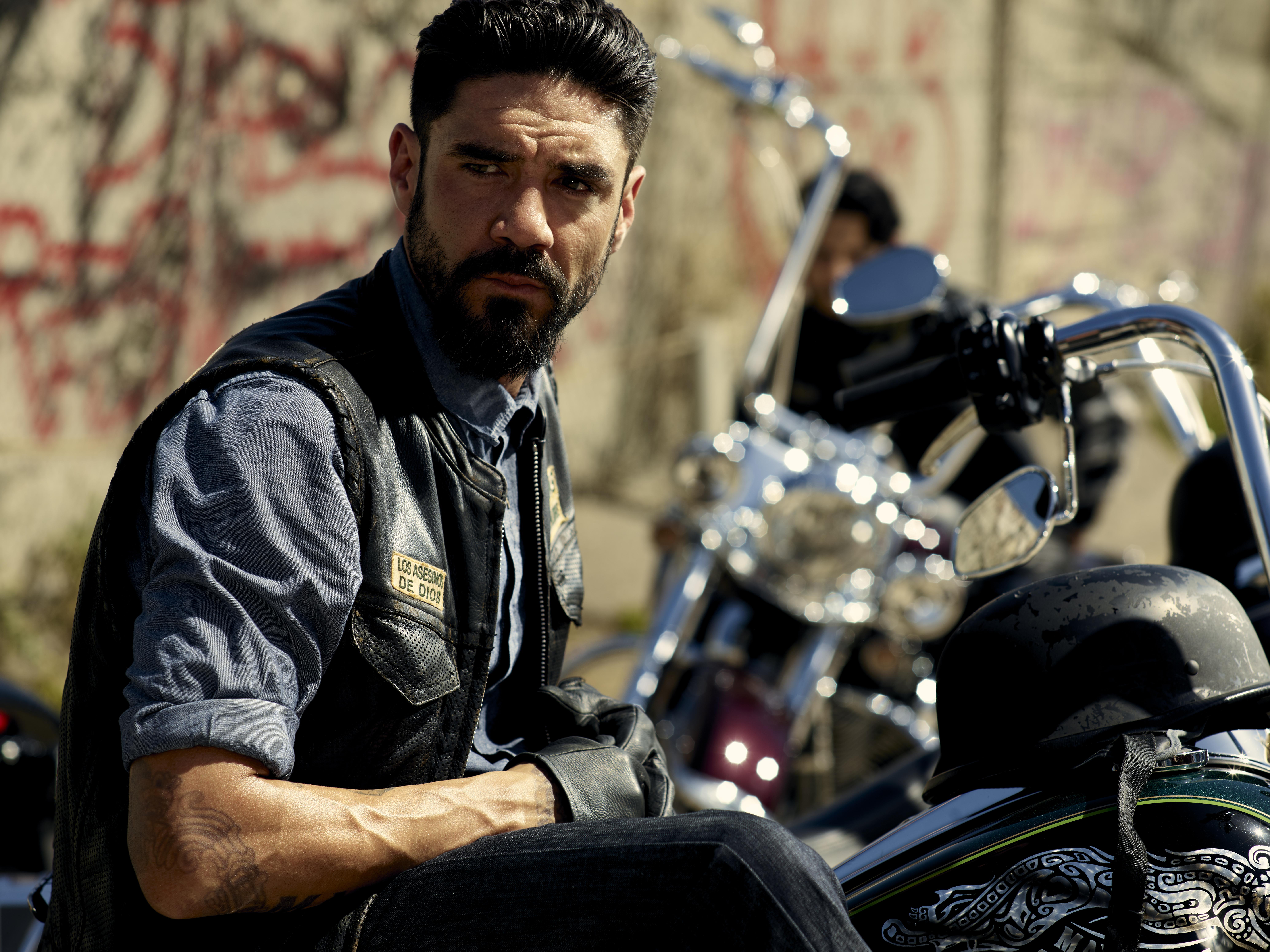 Clayton Cárdenas interpreta a Ángel Reyes.