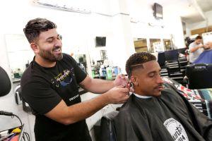 Barbero latino es el rey de las tijeras