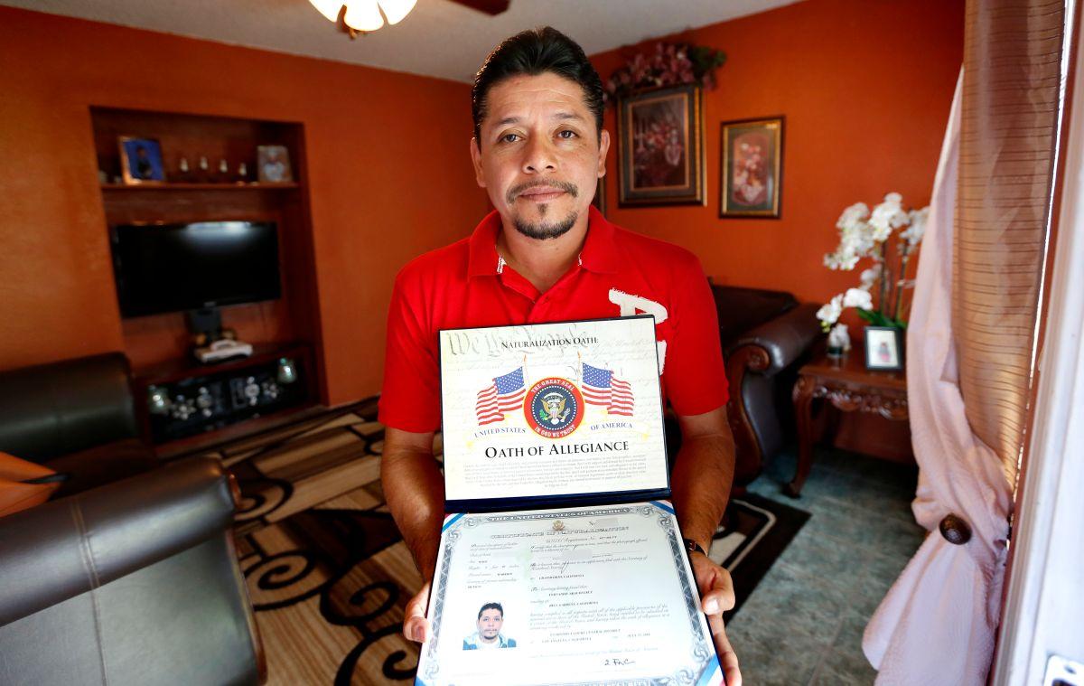 Inmigrante estafado por 'abogados charlatanes' finalmente recibe la ciudadanía
