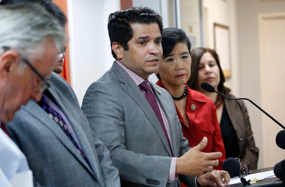 """Demandan a USCIS pidiendo explicaciones sobre """"escrutinio extremo"""" en casos de ciudadanía"""