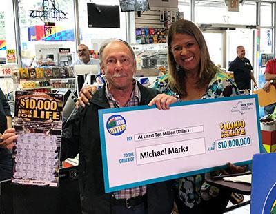 """Al fin la buena suerte: Toda la vida jugando y ahora gana $10 millones con un """"raspadito"""""""