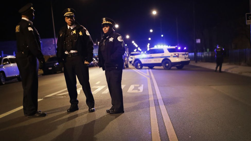 """El sorprendente método para combatir la """"epidemia de violencia"""" en Chicago"""
