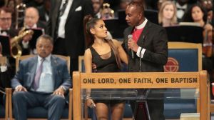"La disculpa de un obispo por ""tocar"" a Ariana Grande en el funeral de Aretha Franklin"