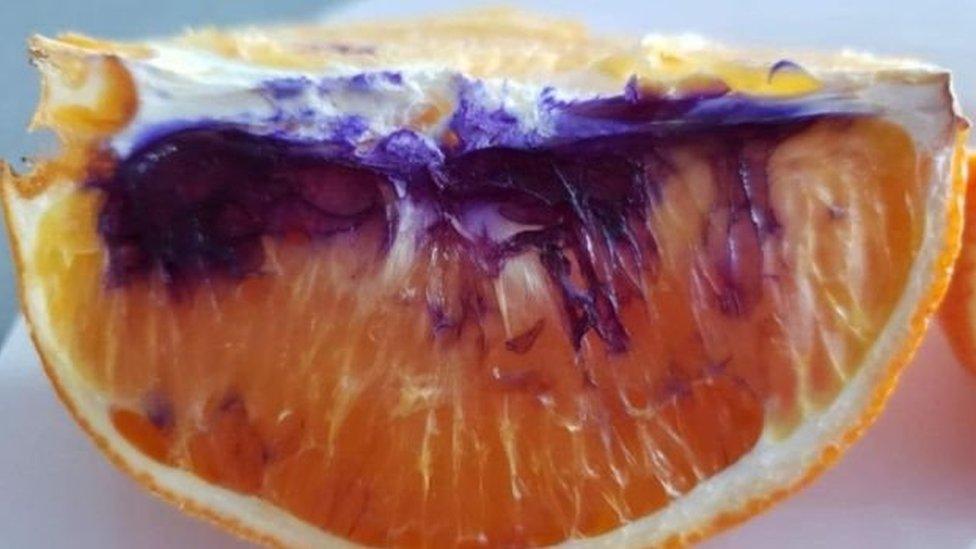¿Qué provocó que esta naranja, al cortarla, se pusiera morada?