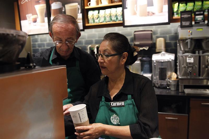 Starbucks reincorpora a la vida laboral a los ancianos en México