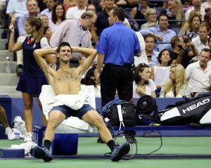 Novak Djokovic disfruta un día en la playa tras la reducción de medidas de aislamiento