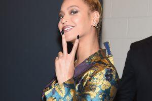 Beyoncé presumió sus candentes atributos con este infartante escote en los Golden Globes