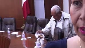 Video: ante la austeridad, lesgislador se lleva hasta los cacahuates en su portafolio