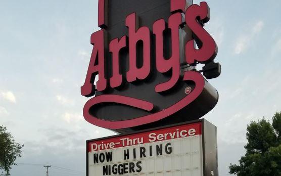 Foto: El polémico y despectivo letrero en un local de Arby's