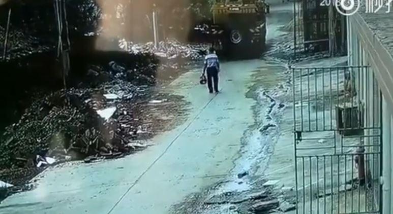 Video: Camión atropella a hombre ciego