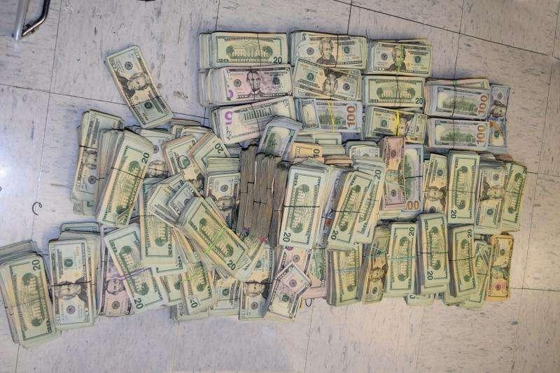 Las autoridades confiscaron el dinero.