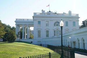 Videos: Hombre en silla de ruedas se prende fuego frente a la Casa Blanca