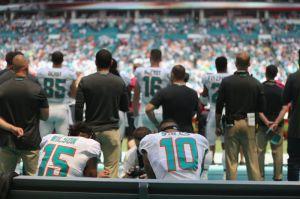 Dos jugadores de los Dolphins desafían a Trump y a la NFL y se hincan durante el himno