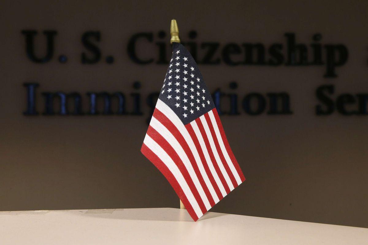 """Administración Trump publica su plan sobre """"carga pública"""" contra inmigrantes legales"""