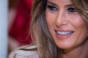 Melania y su abrigo Gucci de $4,000 dólares levantan preguntas en las redes