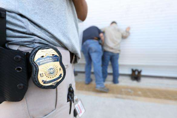Alertan por volantes que ofrecen premio a quien reporte a indocumentados a ICE