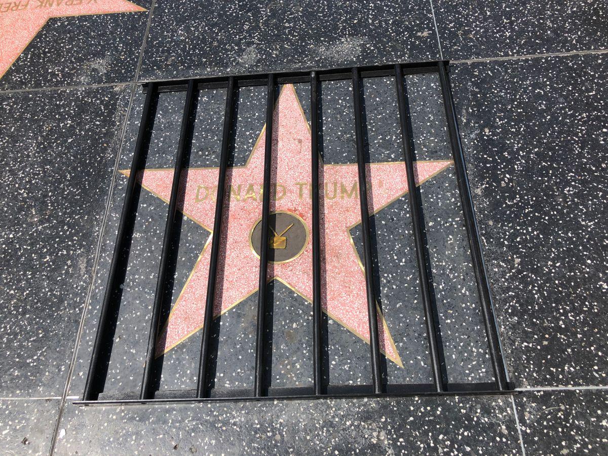 Artista pone a Trump tras las rejas en el Paseo de la Fama de Hollywood