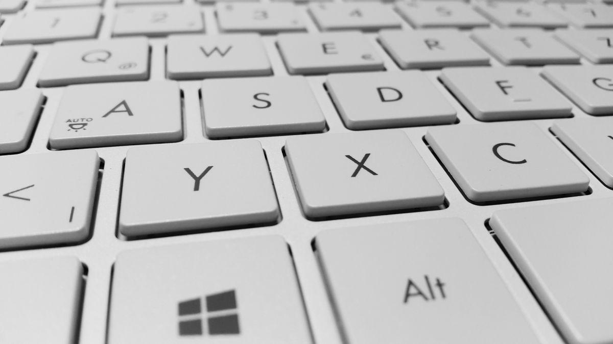 ¿Por qué en algunos teclados de computadora las letras F y J tienen rayas?