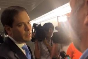 "VIDEO: Marco Rubio se envalentona ante conspirador: ""¡Deja de tocarme!"""