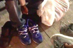 Un jugador de fútbol le regala sus zapatillas a un homeless