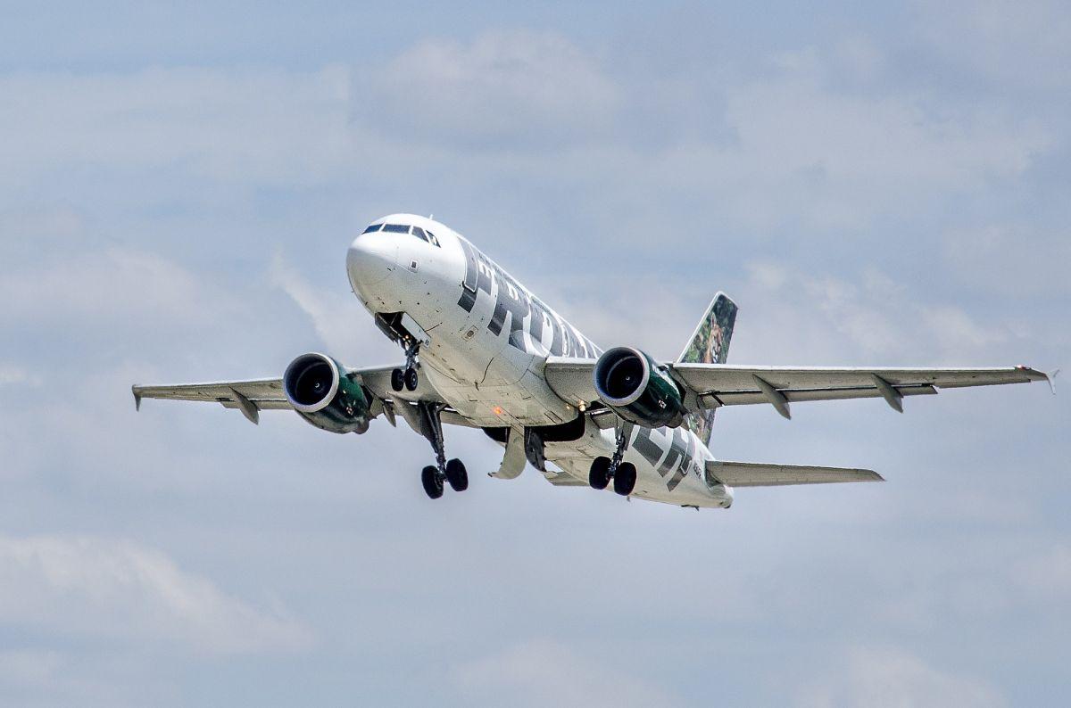 Pasajero desata pánico en avión por confundir la puerta del baño