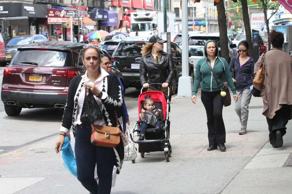 Inmigrantes benefician a las sociedades, lejos de ser una carga