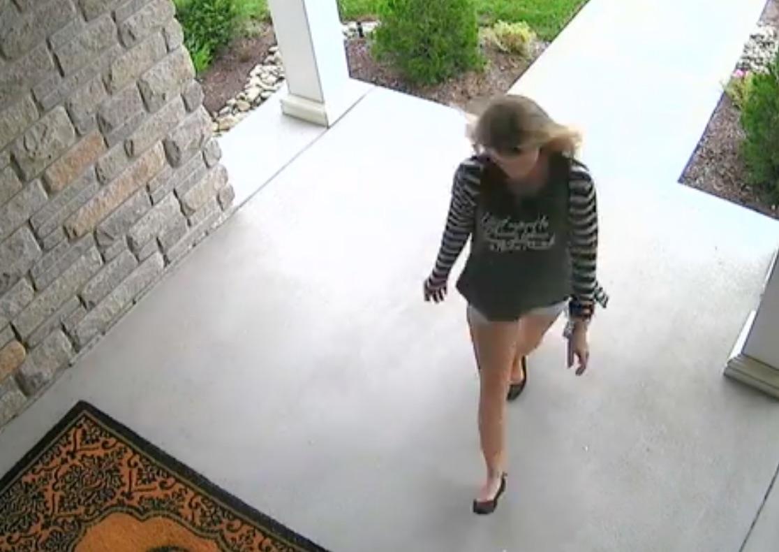 Madre de dos niños es pillada robando paquetes
